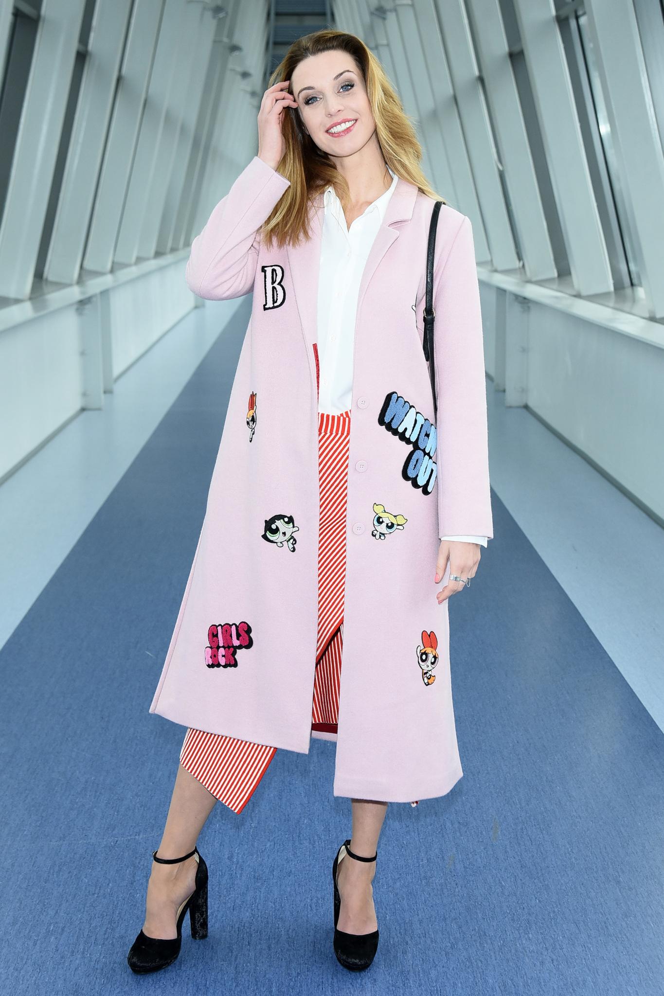 Julia Kamińska w różowym płaszczu
